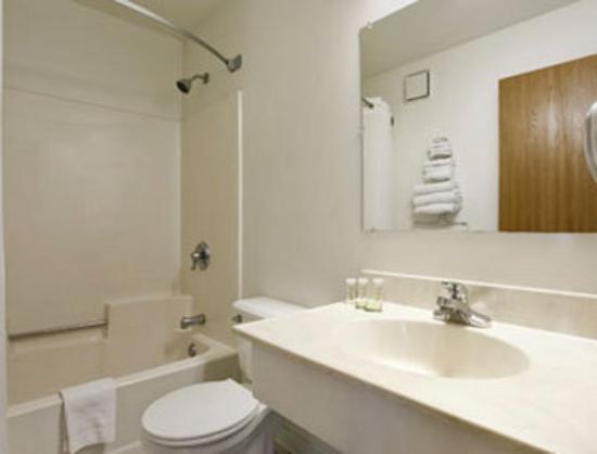 Super 8 Perham : Bathroom