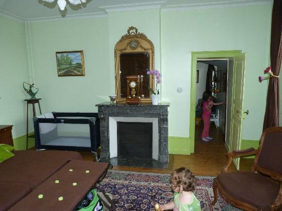 La Neuve Tuilerie : Chimenea y cuna. Entrada al cuarto de los niños.