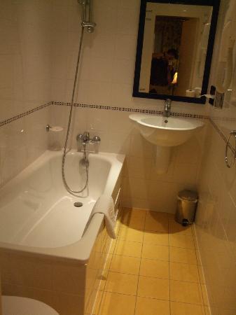 Hôtel Lautrec Opera: バスルーム。シャワーカーテンがない