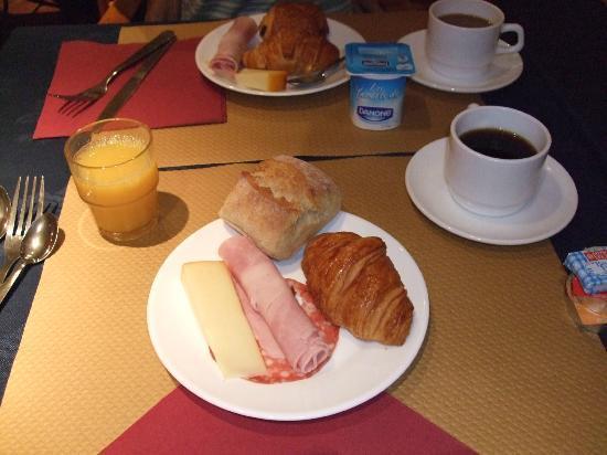Hôtel Lautrec Opera: 朝食。ハムとチーズはかなりでかい。