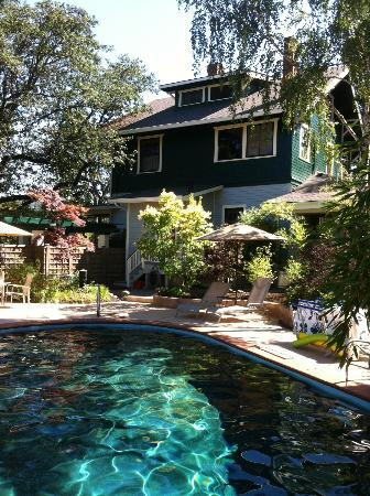 TouVelle House Bed & Breakfast : swimming pool with a side view of the House