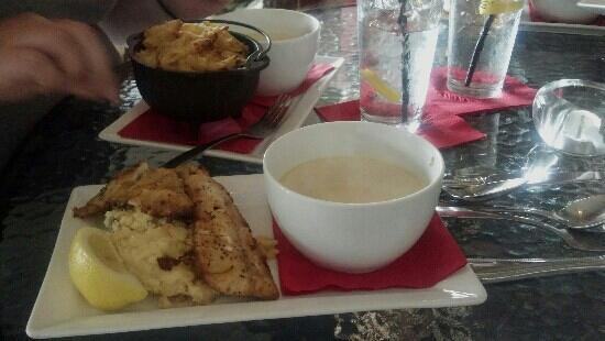Kelly's Cantina: Mac & cheese, seafood chowder, and red snapper! YUM!