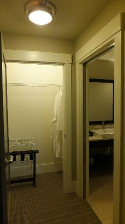 بلوجرين فاكيشنز ذا استوديو هومز آت إيلس سكوير: Closet