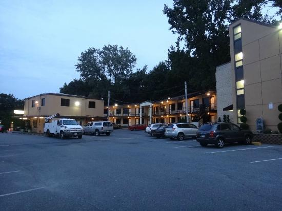 Meadowbrook Motor Lodge: Lobby (Left), Additional Rooms and Tower Building (Right)