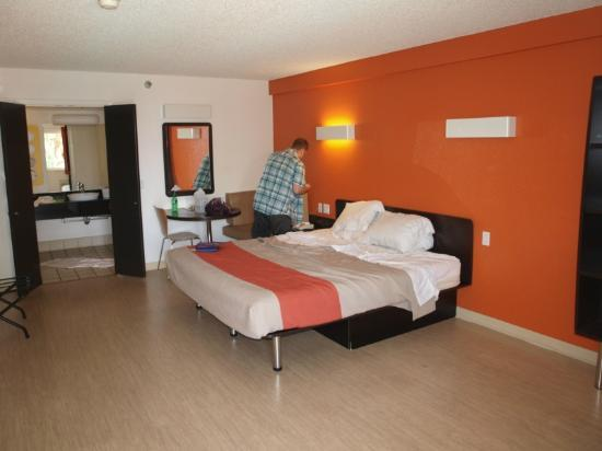 Motel 6 Anaheim Maingate: King room