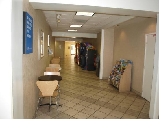 Motel 6 Anaheim Maingate: Lobby Hallway