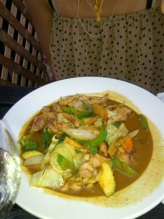 Bato Thai: Red Curry with chicken....hence the green curry!