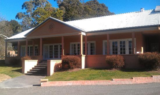 Bundanoon Lodge: Exterior on a sunny winter's day.