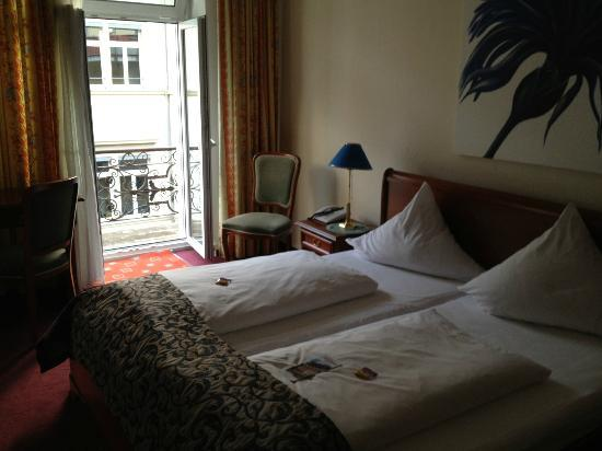 Hotel Regina: room looking towards balcony