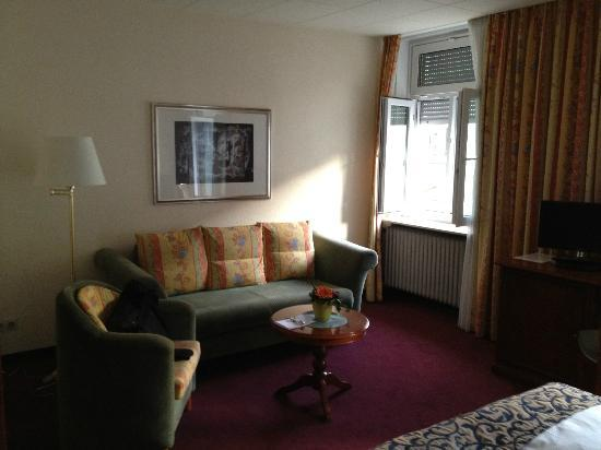 Hotel Regina: Large room with seating area