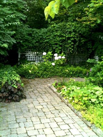 Lakewinds Country Manor: Garden