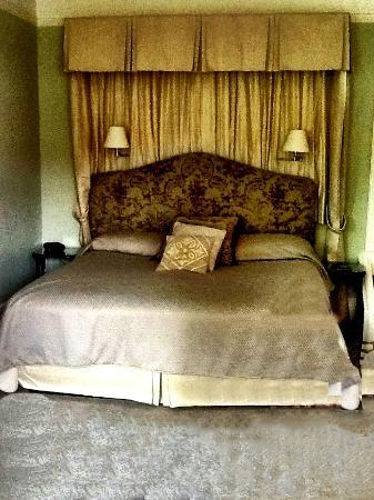 Lakewinds Country Manor: Bed
