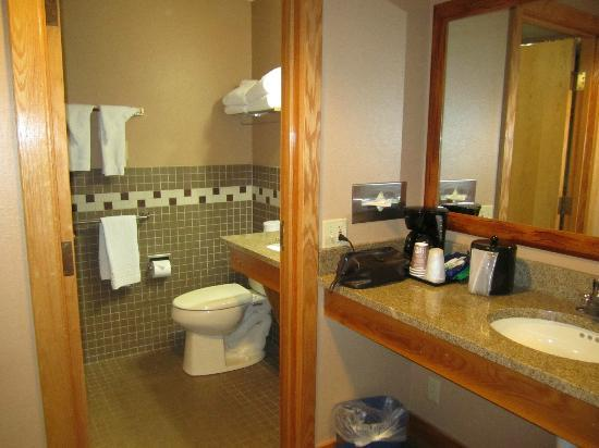 Sylvan Lake Lodge: new room, bathroom