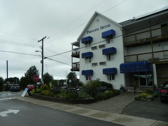 Tobermory Princess Hotel : From the street