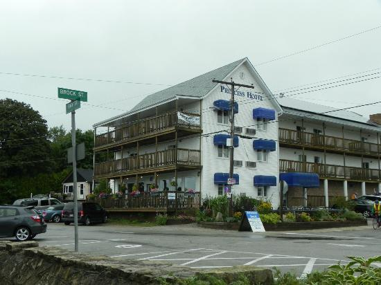 Tobermory Princess Hotel : Another street view