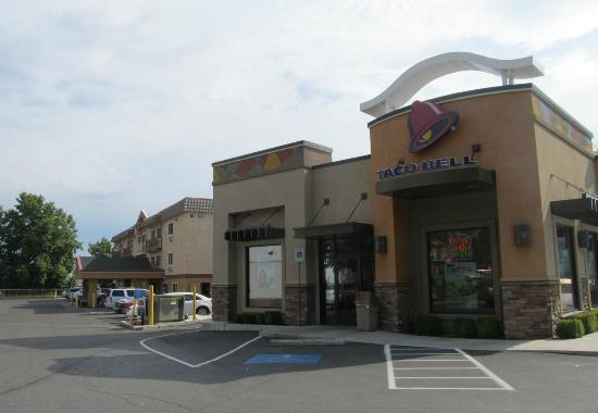 Comfort Inn Yreka : Go through the Taco Bell parking lot to access the hotel
