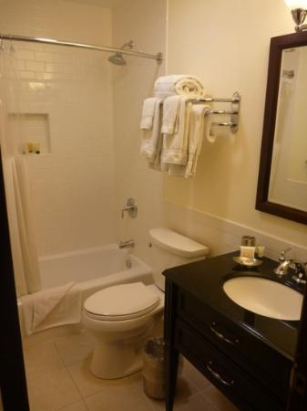 Mammoth Creek Inn : shower and tub with problems
