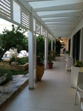 Masseria Messapia Resort & Spa: il loggiato d'ingresso degli appartamenti