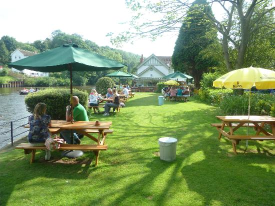 Ruswarp Riverside Cafe: Seating outside on the riverside