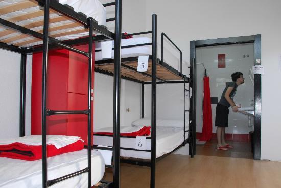 Bilbao Akelarre Hostel : habitación de 6 con baño privado