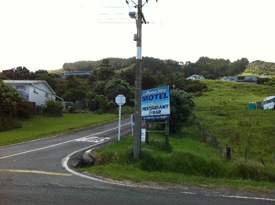 Ahipara Bay Motel: entrance street to the motel