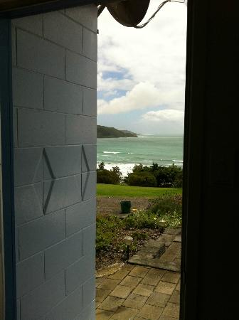 Ahipara Bay Motel: The main door, you can already see the sea