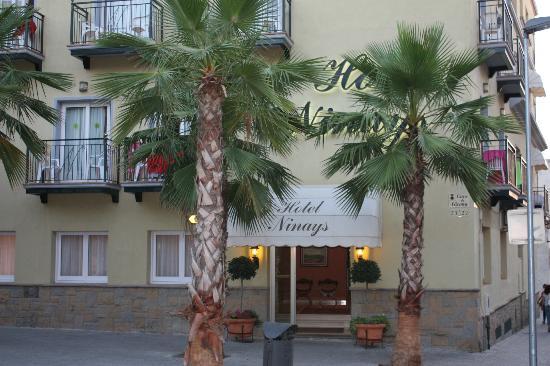 Ninays: Vista dell'Hotel dalla strada