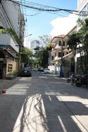 Sawasdee Hotel @ Sukhumvit Soi 8: Sukhumvit Soi 8 leading to hotel