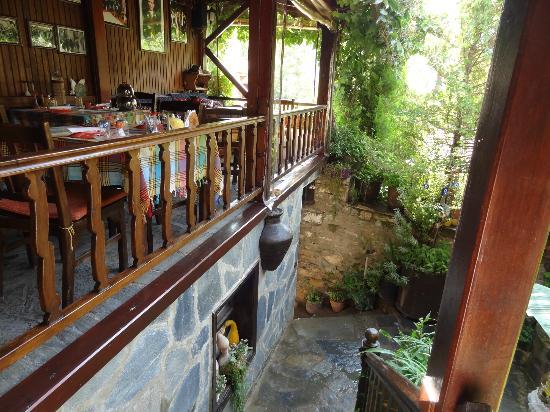 Selanik Pansiyon: Le balcon intérieur où se prend le petit déjeuner