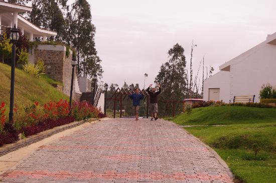 Deccan Park Resort: vue de l'allée vers l'entrée du resort