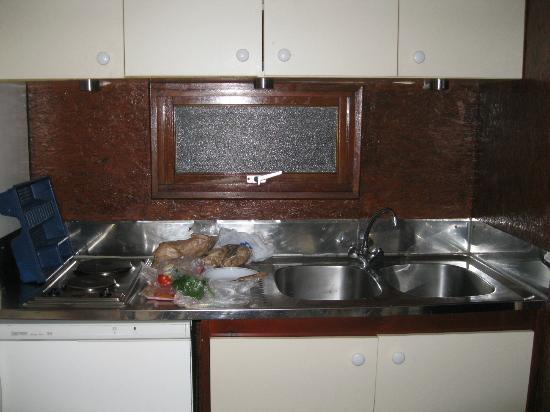 Lisboa Camping & Bungalows : kitchen