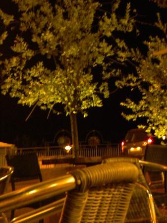 L'Orange Tree : Terrasse en nocturne