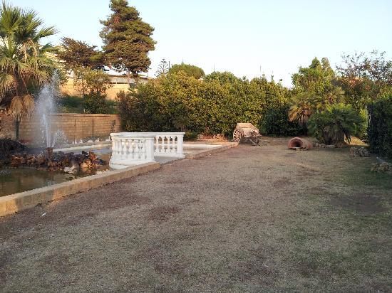 Blu Hotel Kaos: giardino