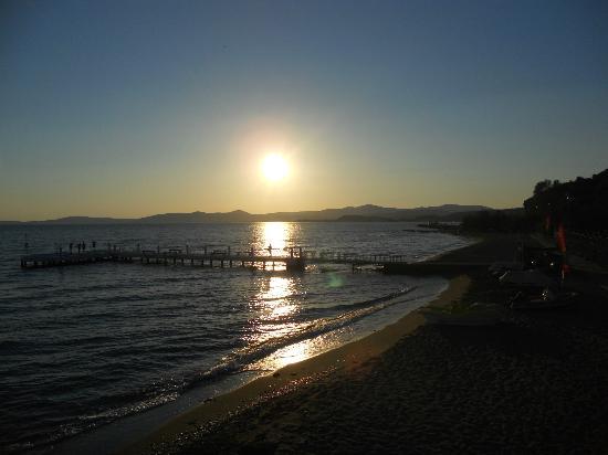 Paradise Friends Yali Hotel & Resort: spiaggia al tramonto+passerrella