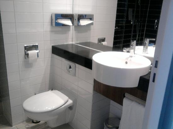 Holiday Inn Express Montpellier - Odysseum : coin toilette