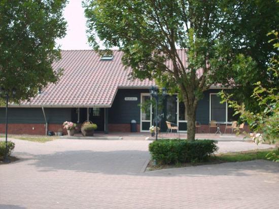 Goudriaan, Нидерланды: Voorzijde met ruimte voor parkeren