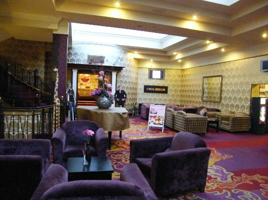 Hillgrove Hotel, Leisure & Spa: colorfull reception area