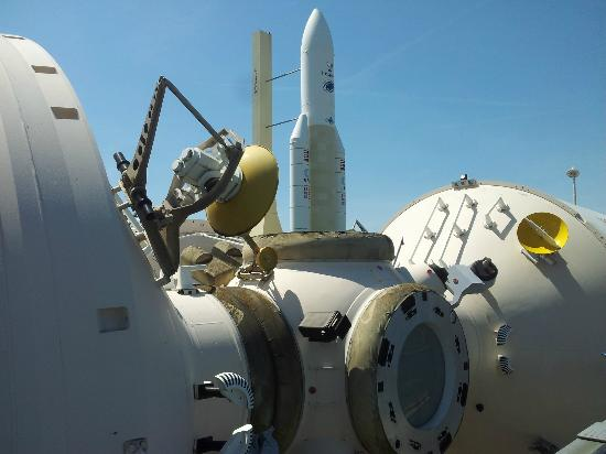 Cite de l'Espace: Ruimtelab Mir met op de achtergrond de Arianeraket