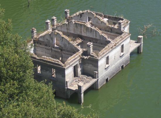 Busachi, Italien: casa sommersa nei pressi della diga vecchia