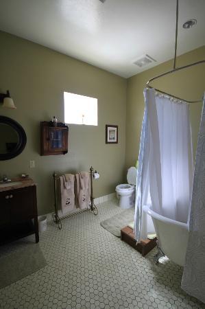 Virgil's Corner Bed & Breakfast: Bathroom