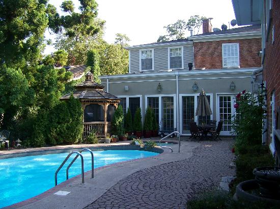 Post House Inn: The lovely pool are and the main house