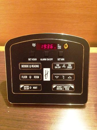 The T Hotel: ベッド横のスイッチで照明、エアコンなどを管理できます