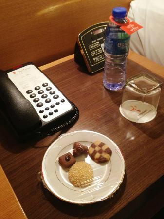 The T Hotel: 水とクッキーのサービスもありました。冷蔵庫のドリンクも激安です