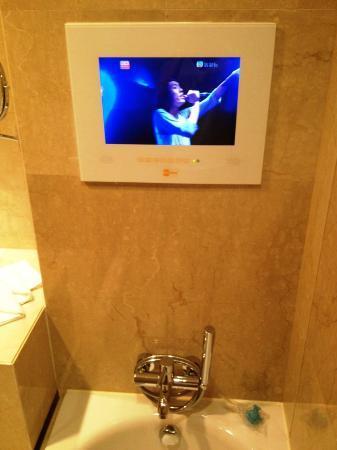 The T Hotel: バスタブにはテレビがビルトインされています