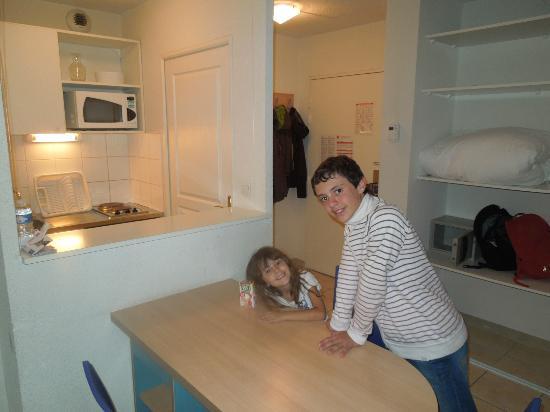 Sejours & Affaires Rive Gauche - Serris : comedor y cocina completa