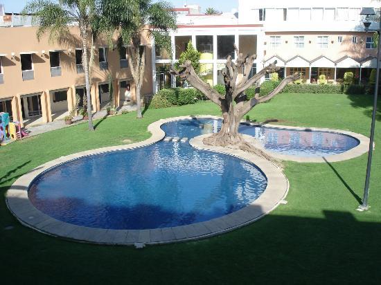 Hotel Fenix: Vue sur la piscine de notre chambre.