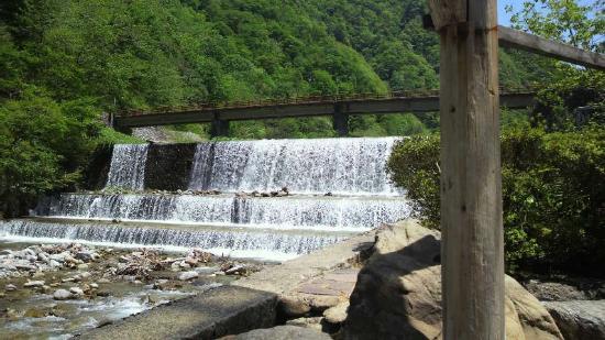 Hotel Ogawa: 館内の岩風呂から見えます小さい滝