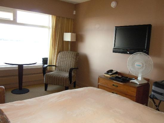 Inn on the Harbour: Flat screen mounted high enough for comfortable viewing