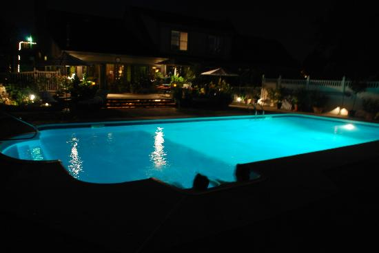 أنفيل إن بد آند بركفاست: pool at night