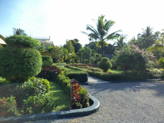 Arawan Krabi Beach Resort: garden area